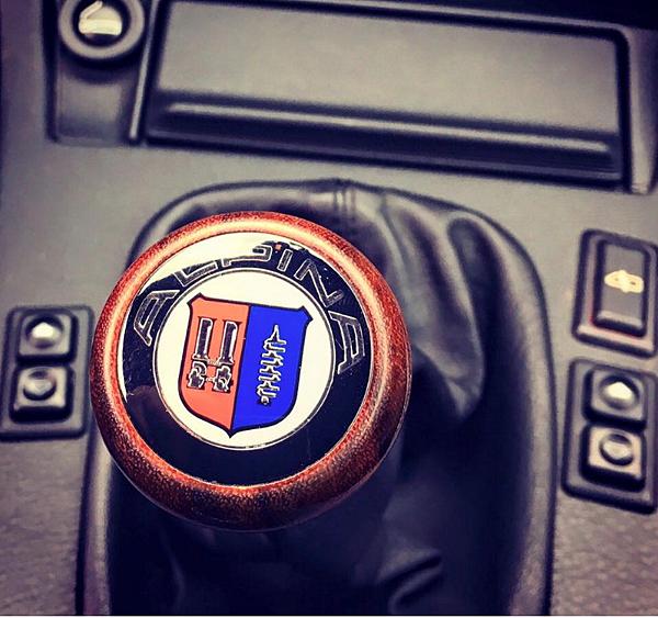 比BMW E30 M3還「稀有」!Alpina B6 3.5S低調現身!!  德國獨立車廠「Alpina Autobiles」即使旗下車款都以BMW平價車款為發展基礎。然後添加自家的設計元素在裡面,在各方面性能.豪華.時尚的本色都超越了原始BMW的車款,甚至可以和BMW M-POWER平起平坐。  早年即在高質德系車領域佔有一席之地,也成為Bimmer車迷不可錯放的珍品款式。原因除了身上同時擁有M Power、Alpina雙性能基因之外,區區只生產62輛,更展現出E30 M3無法媲美的稀有性!!