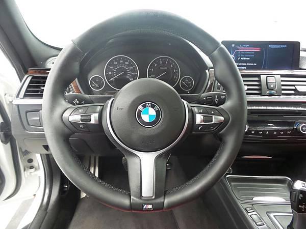 美規BMW328i F30 M-SPORT外匯車內設計中控台沒有多餘複雜設計,操作直接就手質感好,喜歡它版件質料按壓厚實無單薄感。