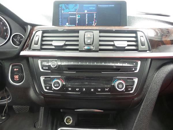 4年 BMW328i F30 M-SPORT價格.規格介紹!兩台白色美車讓各位做選擇!(