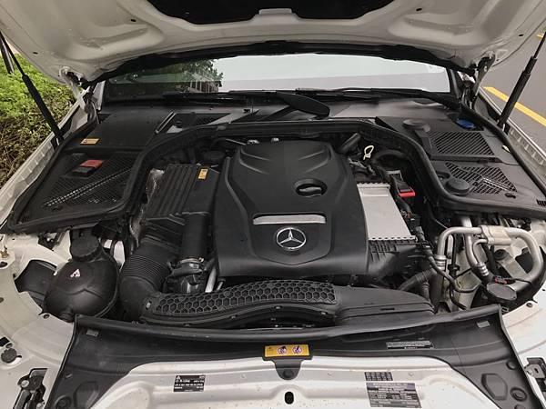 ENZ C300與 總代理賓士 C250的排氣量相同  事實上它們的引擎不相同,在原廠設定下兩者之間有30匹馬力的差距  這30匹的差距在高速公路上是能夠直接感受出兩者之間的差異喔!