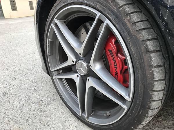 賓士C63S更導入AMG高性能複合煞車系統含紅色卡鉗設,另外也提供AMG高性能陶瓷複合煞車系統含黃色煞車卡鉗設計,較一般煞車卡鉗輕約30%重量  較傳統卡鉗更減少一半的重量,有效減輕簧下負擔之際,還可承受攝氏1500度的高溫,可避免於激烈操駕中的熱衰竭情形。  而BENZ C63S AMG配備AMG電子式後軸差速器,更可提升變換車道時或惡劣天氣時駕駛穩定度,確保車輛保有最優秀的敏捷性、穩定性及抓地力!  賓士C63S AMG獨有的動態引擎腳配置、AMG機械式與電子式後軸差速鎖、高性能複合煞車系統等先進科技