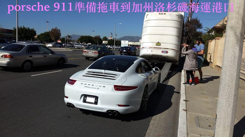 porsche 911準備拖車到海運港口