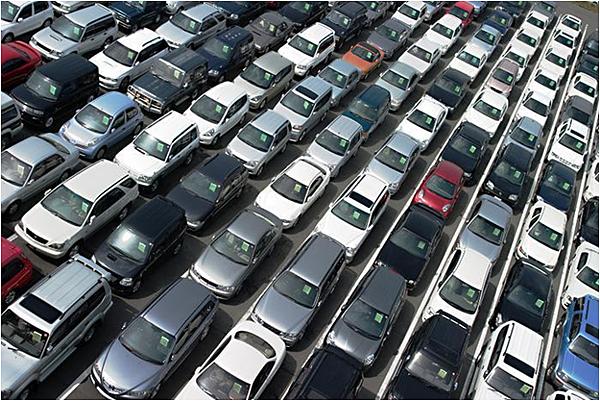 第一個原因,美國人很多是3年的公司租賃車,為什麼他們喜歡租賃車,因為這三年繳的費用,都能拿來抵稅,如果車商賣出去50台汽車,其中有30台是租賃車的話,也就是說2017租賃車會在今年2020年就會歸還,數量相當驚人,而且因為新冠肺炎的影響,人們對於車輛的需求降低非常多,原本預期賣出去租出去的新車,都還在車商裡面,然後三年前歸還的車回來也停滿了車商與拍賣場,跟石油一樣增加的數字都停不下來。