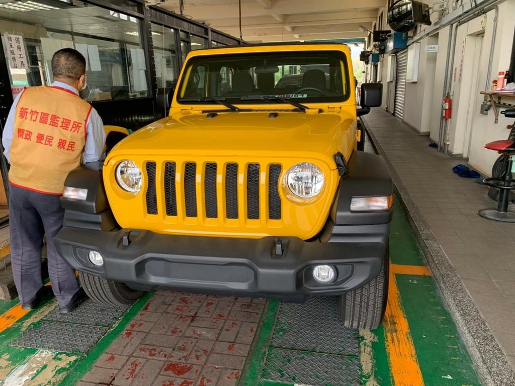 顏色鮮豔的 黃色jeep wrangler sport,再2020年底時,與車友戴先生相見歡 經過三個月時間,從美國安排出口準備、船運裝櫃,到港報關,完成台灣進口車輛所以符合的各項法規測試