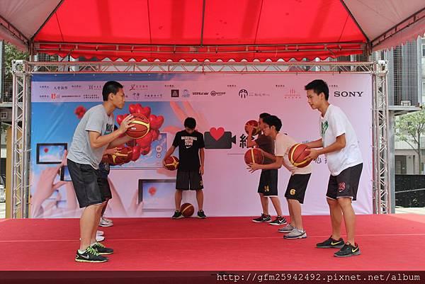 動感十足的「籃球舞」,由學生設計演出