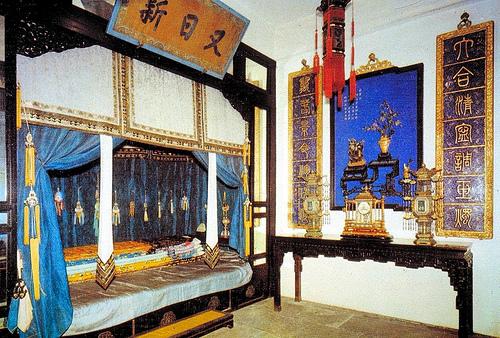 養心殿,後殿皇帝寢室。後殿東西兩端各有一間皇帝寢室,供調換使用,以備不測
