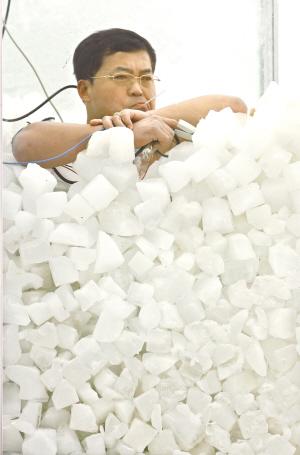 中國冰人 金松浩口含體溫計。