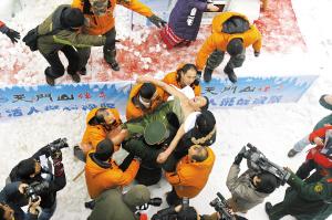 中國冰人 陳可財在堅持了118分鐘後被人抬出。