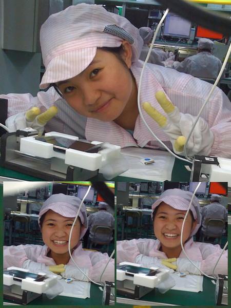 iphone女孩 穿著工作服,清秀的臉龐,大大的眼睛,燦爛的笑容,還比個勝利手勢。