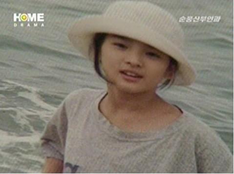 宋慧喬兒時照  網友讚與大海合照的宋慧喬相當清純。