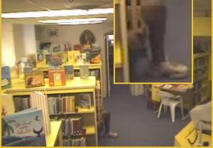 一條腿出現在兒童閱讀室裡