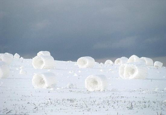 雪卷奇景 風吹卷起的雪堆