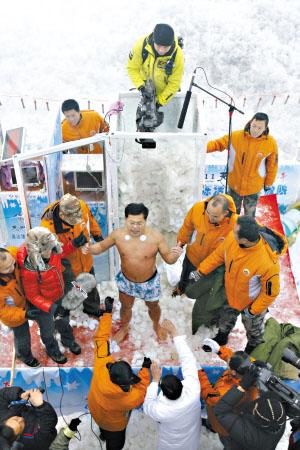 中國冰人 堅持120分鐘後金松浩走出冰櫃。