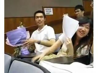 香港求愛哥 殺入課堂使出十八般武藝,讓人見識到求愛的熱情