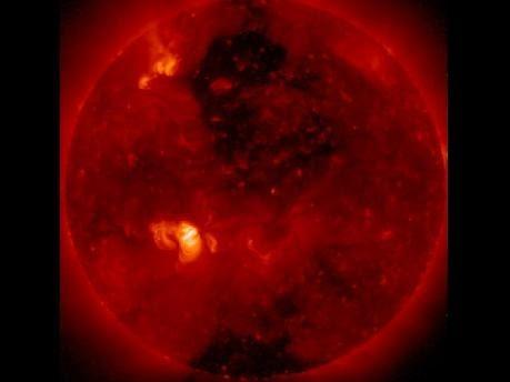太陽破洞 日冕洞 圖中較暗的兩處即為太陽的「破洞」,被稱為「日冕洞」。