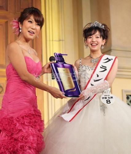 日本最美校花伊藤弘美 台上領獎時顯得十分開心,露出了甜美的笑容。