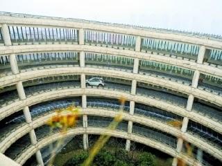 杭州 史上最暈停車場 ,車輛進出都得走又長又陡的環形坡道,一層一層繞上去。