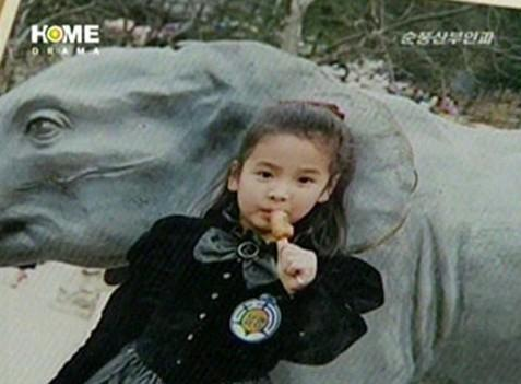 宋慧喬兒時照  年幼的宋慧喬身穿大蝴蝶結、連身公主裝,相當可愛。