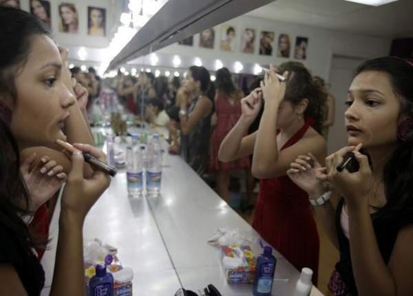 委內瑞拉 美女訓練營 她們自幼學習化粧,接受形體訓練,為將來選美做準備。