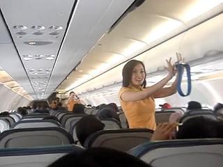 空姐大跳熱舞 橘色制服的空服員大跳俏皮舞