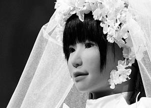 身著婚紗的 日本 美女機器人