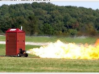 噴射版 奔跑 流動廁所 像火箭般在草原上奔馳。(圖/截取自jalopnik)