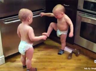 嬰兒 達達語 雙胞胎 讓網友們又驚又喜。