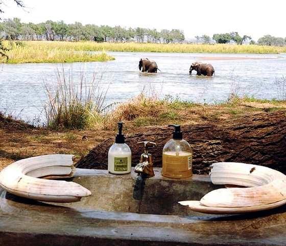 無敵美景好廁所 非洲三比西河河畔。讚吧?