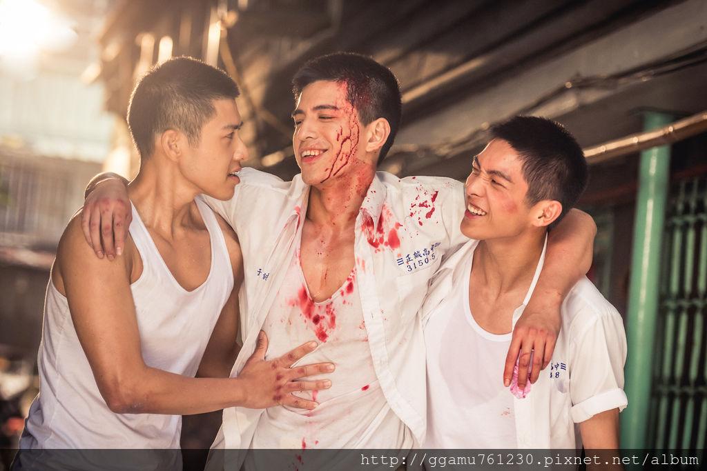 0704 林柏叡(中)與吳岳擎(左)、林輝瑝戲裡戲外都培養出好交情。(圖:多曼尼提供).jpg