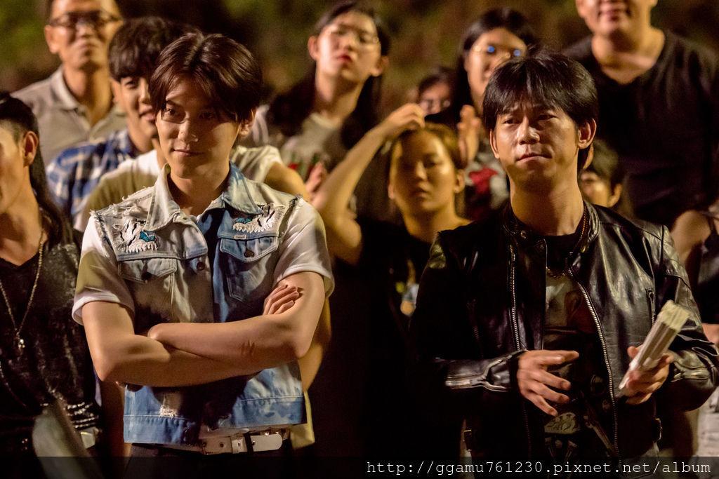 0307顏正國(右)參與《鬥魚》電影版特別演出,左為邱宇辰。(圖:多曼尼提供).jpg