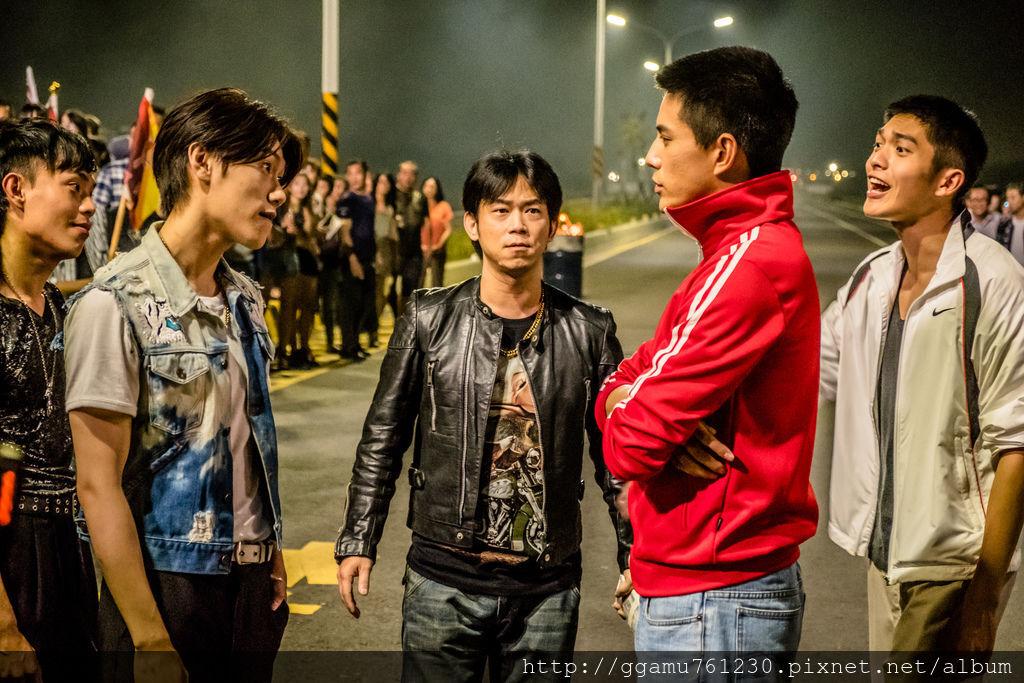 0307顏正國參與《鬥魚》電影版特別演出,與林柏叡(右二)、邱宇辰(左二)、林輝瑝(右一)、蔡哲文(左一)有精彩對手戲。(圖:多曼尼提供).jpg