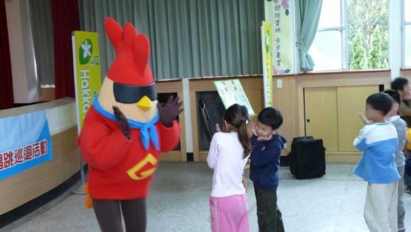 有雞超人陪伴,小朋友好開心喔.JPG