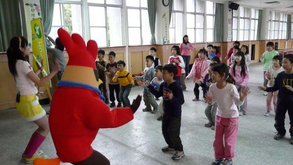 雞超人陪小朋友跳舞.JPG