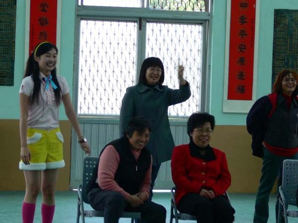 老師和家長笑開懷.JPG