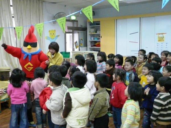 雞超人故意從小朋友背後出場,給大家驚喜.JPG