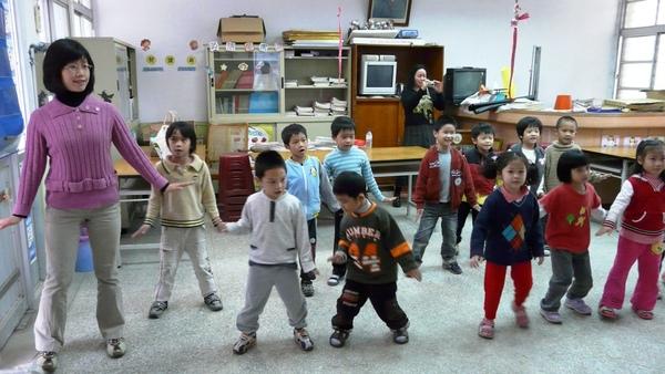 連老師也與小朋友一起唱唱跳跳呢!.JPG