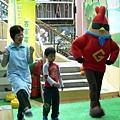 所長麥張秀麗與小朋友及雞超人一起玩遊戲.JPG