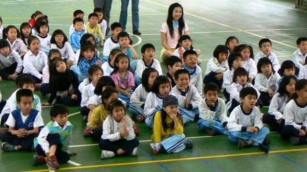 月光姐姐陪小朋友一起看影片.JPG