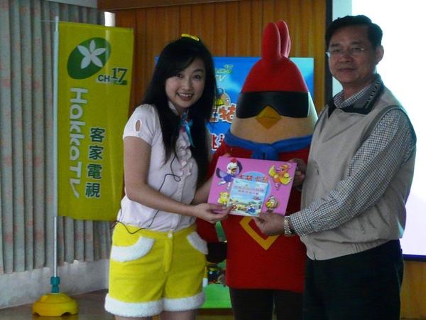 張瑞如校長代表小朋友接受著色本.JPG