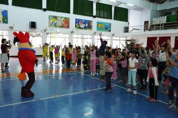 140位小朋友一起唱唱跳跳,非常震撼.JPG