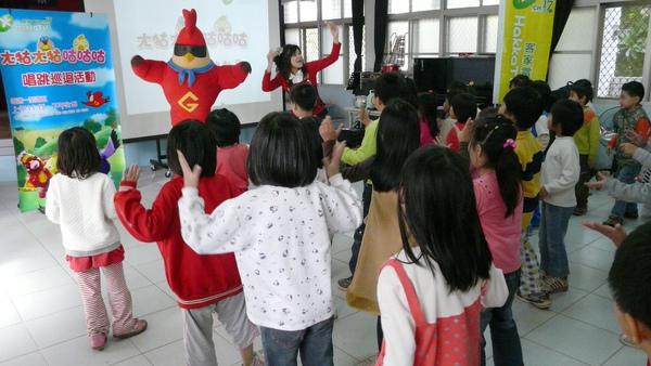小朋友跟著雞超人一起唱唱跳跳.JPG