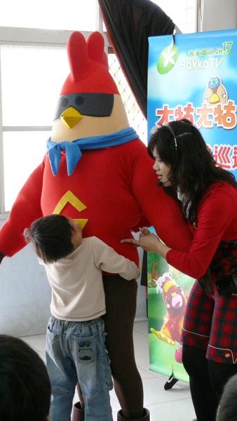 彩虹姐姐:雞超人,你吃太多了啦!小朋友都抱不動你了!.JPG