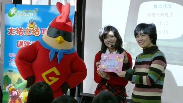 謝秀芳主任代表接受贈送給小朋友的著色本.JPG