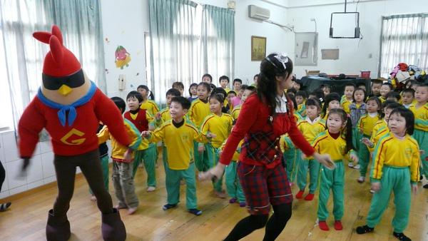 小朋友與彩虹姐姐及雞超人一起唱唱跳跳.JPG
