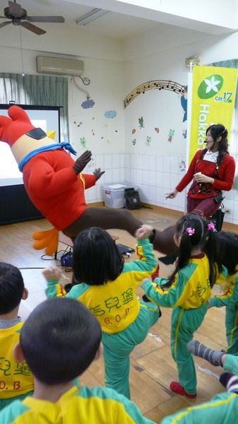 彩虹姐姐:雞超人,你這麼胖,腳還能抬這麼高喔!.JPG