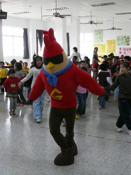 小朋友跟著雞超人唱唱跳跳.JPG