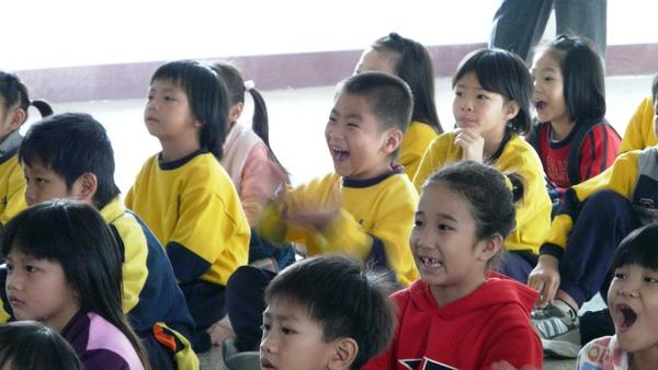 精彩的影片讓小朋友看得哈哈大笑.JPG