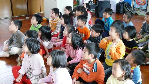 小朋友專注地看著影片.JPG