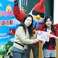 老師代表小朋友接受著色本.JPG