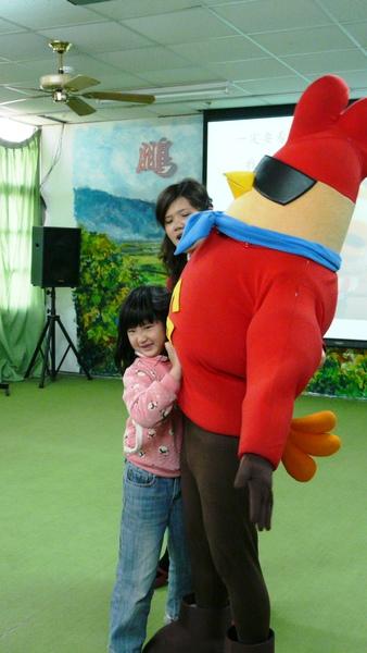 用力抱...雞超人,你太重了啦!.JPG
